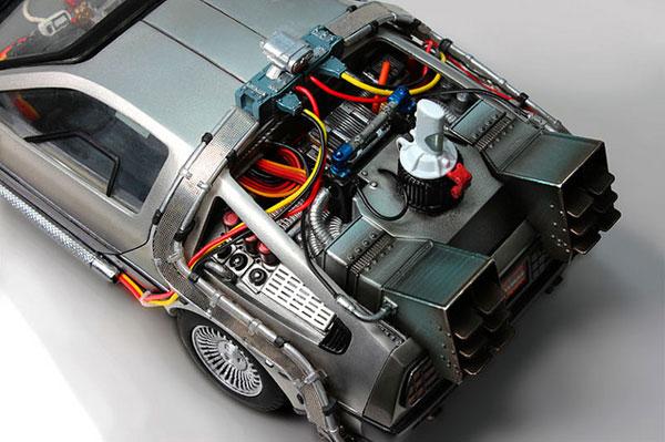 引擎系统满布复杂电路,精密紧凑.