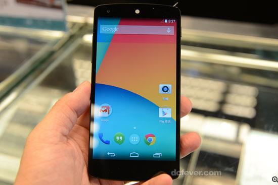 Nexus 5 最大特色是黑色机面听筒位置是白色