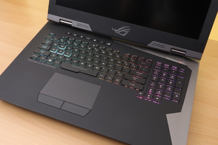 ROG G703(Core i9 版)的键盘具备 N-Key Rollover 的特点,并且用上防鬼键设计,完全满足游戏迷打机的需要。